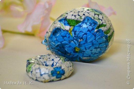 Доброго времени суток! И снова я к вам с пасхальными яичками, на этот раз они сделаны в технике имитации старинной керамики (во всяком случае  очень похоже). Яркие, праздничные, весенние букетики на нежном кракелюре, покрывающем  поверхность изделия, замечательный сувенир для родных и друзей. фото 51