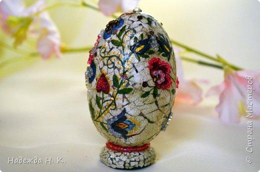 Доброго времени суток! И снова я к вам с пасхальными яичками, на этот раз они сделаны в технике имитации старинной керамики (во всяком случае  очень похоже). Яркие, праздничные, весенние букетики на нежном кракелюре, покрывающем  поверхность изделия, замечательный сувенир для родных и друзей. фото 54