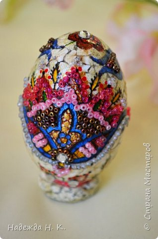 Доброго времени суток! И снова я к вам с пасхальными яичками, на этот раз они сделаны в технике имитации старинной керамики (во всяком случае  очень похоже). Яркие, праздничные, весенние букетики на нежном кракелюре, покрывающем  поверхность изделия, замечательный сувенир для родных и друзей. фото 57
