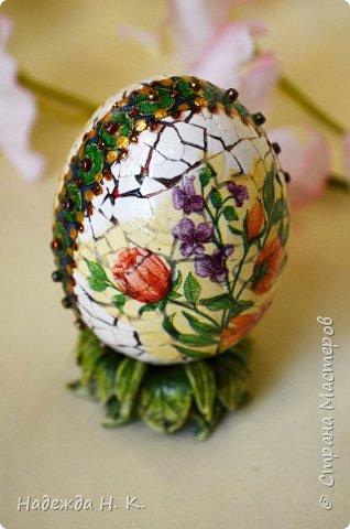 Доброго времени суток! И снова я к вам с пасхальными яичками, на этот раз они сделаны в технике имитации старинной керамики (во всяком случае  очень похоже). Яркие, праздничные, весенние букетики на нежном кракелюре, покрывающем  поверхность изделия, замечательный сувенир для родных и друзей. фото 16