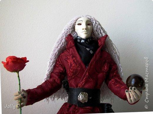 """Так уж повелось, что любой из моих новых тварей получает кроме одежды свою атрибутику, снаряжение и оружие. Перечитывая """"Темную Башню"""", в этот раз я искала все упоминания Алого и его сигулов. Символов - в переводе с древнего наречия. Не нашла. Хорошо подумала... И получились Роза (Кан-ка) - сигул Башни, к которой Король рвется, как и Роланд, - и кристалл из радуги Мерлина, - маг все-таки. Розу я в доме не нашла, поэтому решила ее вылепить. фото 7"""