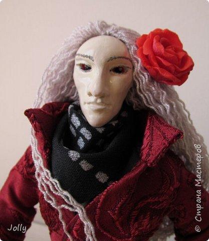 """Так уж повелось, что любой из моих новых тварей получает кроме одежды свою атрибутику, снаряжение и оружие. Перечитывая """"Темную Башню"""", в этот раз я искала все упоминания Алого и его сигулов. Символов - в переводе с древнего наречия. Не нашла. Хорошо подумала... И получились Роза (Кан-ка) - сигул Башни, к которой Король рвется, как и Роланд, - и кристалл из радуги Мерлина, - маг все-таки. Розу я в доме не нашла, поэтому решила ее вылепить. фото 12"""