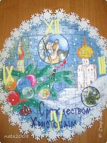 Эти часы сделаны из ненужных паззлов. На картонную форму наклеили паззлы обратной (пустой) стороной, нарисовали рисунок, контуры паззлов обвели фломастером, декорировали снежинками и стрелками от сломанных часов.