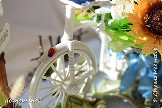 """Привет Страна ! Я к вам на """"лисапеде"""" сегодня приехала .  Заказ на день рождения-велосипед-кашпо с цветочками...все бы хорошо, о только это мальчику на 18 лет...розы отпали сразу, накрутила ромашек...они тоже отпали...остались только """"мужские"""" цветочки : василеК, подсолнуХ и лютиК(ну это я так думаю, что это лютик), Дашуля мне еще колокольчик подсказывала, очень бы с ним наверное хорошо было, но сроки... фото 3"""