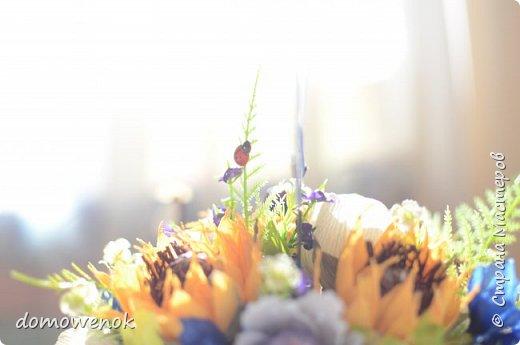 """Привет Страна ! Я к вам на """"лисапеде"""" сегодня приехала .  Заказ на день рождения-велосипед-кашпо с цветочками...все бы хорошо, о только это мальчику на 18 лет...розы отпали сразу, накрутила ромашек...они тоже отпали...остались только """"мужские"""" цветочки : василеК, подсолнуХ и лютиК(ну это я так думаю, что это лютик), Дашуля мне еще колокольчик подсказывала, очень бы с ним наверное хорошо было, но сроки... фото 8"""