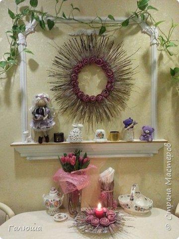 Венок, подсвечник и вазочка в эко стиле. Ветки ивы и цветы из кожуры алельсина приклеила клеевым пистолетом к основе и покрасила акриловой краской.