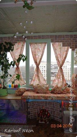"""Давно хотел немного закруглить окно. Мне очень нравится такие окна. Пластиковые декоративные панели ПВХ просто супер находка для подобных переделок. На окно ушло три штуки (95см х 47см). На ценнике было написано """"Кирпич пиленый коричневый"""". Если бы я  оклеивал и боковые части окна, то ушло бы больше трёх штук, но у меня по краям окна стоят половинки шкафа. фото 8"""