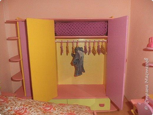 В моём кукольном домике очень много спален (для детей и взрослых), естественно, в них стоят большие шкафчики для одежды, в которых наблюдался недостаток в виде отсутствия вешалок-плечиков. Сегодня я хочу рассказать вам, как я придумывала и мастерила для своего кукольного домика эти вешалки-плечики для одежды в свои шкафчики. Очень долго решала как и из чего смастерить. И, наконец, сделала... Итак, вешалка. Конечно, основа - это фанера, крючок - канцелярская скрепка, фиксаторы крючка - бисинки и бисер. Взяла старую кукольную пластмассовую вешалку для образца и перенесла ее изображение на бумагу. При изготовлении вешалки спользовала фанеру 3 мм. - выпиливала строго вдоль волокон дерева, так, чтобы вешалка не гнулась. Сверху (где крючок) проколола шилом так, чтобы слегка приподнять верхний слой фанеры (вот тут важно условие: выпилить вешалку строго по волокнам, иначе скол будет неровным), убрала шило и с лица этого слоя сделала насечки примерно до 2-го слоя фанеры канцелярским ножом где-то посередине плечиков... фото 6