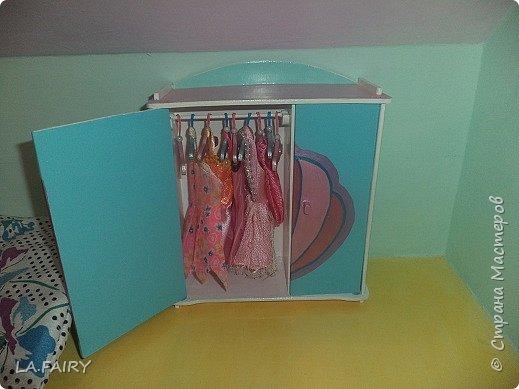 В моём кукольном домике очень много спален (для детей и взрослых), естественно, в них стоят большие шкафчики для одежды, в которых наблюдался недостаток в виде отсутствия вешалок-плечиков. Сегодня я хочу рассказать вам, как я придумывала и мастерила для своего кукольного домика эти вешалки-плечики для одежды в свои шкафчики. Очень долго решала как и из чего смастерить. И, наконец, сделала... Итак, вешалка. Конечно, основа - это фанера, крючок - канцелярская скрепка, фиксаторы крючка - бисинки и бисер. Взяла старую кукольную пластмассовую вешалку для образца и перенесла ее изображение на бумагу. При изготовлении вешалки спользовала фанеру 3 мм. - выпиливала строго вдоль волокон дерева, так, чтобы вешалка не гнулась. Сверху (где крючок) проколола шилом так, чтобы слегка приподнять верхний слой фанеры (вот тут важно условие: выпилить вешалку строго по волокнам, иначе скол будет неровным), убрала шило и с лица этого слоя сделала насечки примерно до 2-го слоя фанеры канцелярским ножом где-то посередине плечиков... фото 5