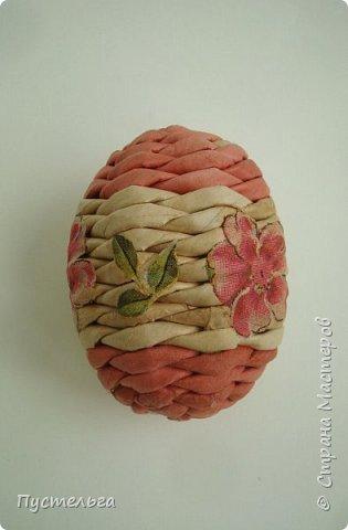 А кому яичко к празднику! Всего 40 трубочек, 20 на яичко, 20 на подставочку. Из полосы 8 см, спица 2 мм. фото 18