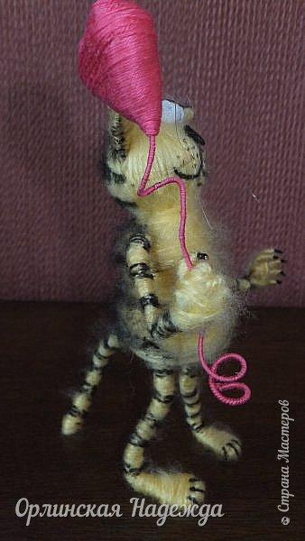 Здравствуйте дорогие мастера и мастерицы!  Сегодня я сделала шуточного кота-ангела из пробки, проволоки и пряжи. Идею вязанного кота увидела  у МАСТЕРА Елены, ник ЯМИ. Не знаю увидит ли она когда нибудь мою работу, но всё равно хочу поблагодарить её от всей души за идею. фото 6