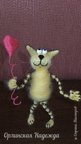 Здравствуйте дорогие мастера и мастерицы!  Сегодня я сделала шуточного кота-ангела из пробки, проволоки и пряжи. Идею вязанного кота увидела  у МАСТЕРА Елены, ник ЯМИ. Не знаю увидит ли она когда нибудь мою работу, но всё равно хочу поблагодарить её от всей души за идею. фото 5