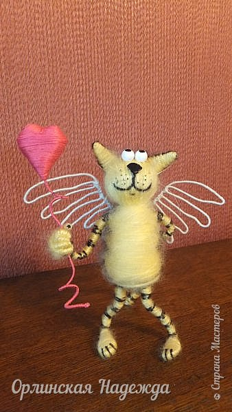 Здравствуйте дорогие мастера и мастерицы!  Сегодня я сделала шуточного кота-ангела из пробки, проволоки и пряжи. Идею вязанного кота увидела  у МАСТЕРА Елены, ник ЯМИ. Не знаю увидит ли она когда нибудь мою работу, но всё равно хочу поблагодарить её от всей души за идею. фото 7