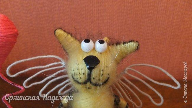 Здравствуйте дорогие мастера и мастерицы!  Сегодня я сделала шуточного кота-ангела из пробки, проволоки и пряжи. Идею вязанного кота увидела  у МАСТЕРА Елены, ник ЯМИ. Не знаю увидит ли она когда нибудь мою работу, но всё равно хочу поблагодарить её от всей души за идею. фото 4