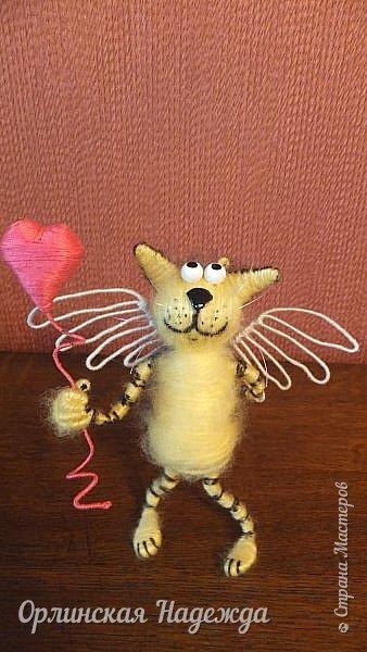 Здравствуйте дорогие мастера и мастерицы!  Сегодня я сделала шуточного кота-ангела из пробки, проволоки и пряжи. Идею вязанного кота увидела  у МАСТЕРА Елены, ник ЯМИ. Не знаю увидит ли она когда нибудь мою работу, но всё равно хочу поблагодарить её от всей души за идею. фото 3