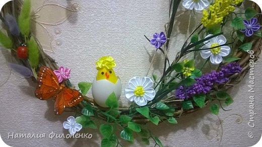 Здравствуйте дорогие друзья!!! Со светлым праздником вас!!!  Свершилось чудо из чудес, Вновь на земле Христос воскрес! Блестят на солнце купола, Звонят во все колокола!  Щебечут птицы, все цветет, Сын Божий счастье нам несет! С днем Светлой Пасхи вас, друзья, Пусть благоденствует семья!   Вот такой веночек я сделала для декора комнаты на Пасху. фото 2