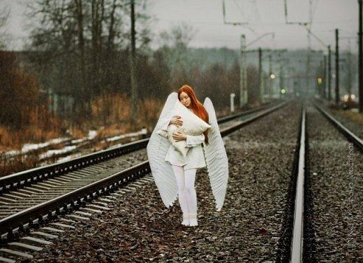 О том, как сделать крылья из бумаги... В последнее время актуальной темой для фотосъемок стали крылья. Нашла в интернете замечательные идеи с крыльями из сухих цветов и кленовых листьев. Ну, а нам хотелось самые обычные белые крылья ангела... Если располагают финансы, то можно закупить большие гусиные перья. Фотограф: Дарья Сивачук фото 19