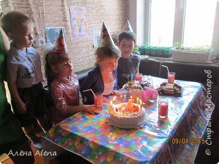 Я снова устроила праздник для дочки своей лучшей подруги! Насте исполнилось 4 года. Попробую рассказать по порядку, как прошёл день варенья и заодно выложить сценарий. Его я собирала с просторов Интернета, так что прошу прощения, если что не так... Здесь фото, как ребятишки сели за свой стол (на столе скатерть, напечатанная мной, а вот чьи идеи использованы по поводу скатерти - не скажу, мне запретили, к сожалению...)  Пока фотографии не все, так как я обычно и праздник делаю и фотографирую тоже я. Как соберу все фото, обязательно добавлю. фото 1