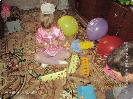 Я снова устроила праздник для дочки своей лучшей подруги! Насте исполнилось 4 года. Попробую рассказать по порядку, как прошёл день варенья и заодно выложить сценарий. Его я собирала с просторов Интернета, так что прошу прощения, если что не так... Здесь фото, как ребятишки сели за свой стол (на столе скатерть, напечатанная мной, а вот чьи идеи использованы по поводу скатерти - не скажу, мне запретили, к сожалению...)  Пока фотографии не все, так как я обычно и праздник делаю и фотографирую тоже я. Как соберу все фото, обязательно добавлю. фото 13