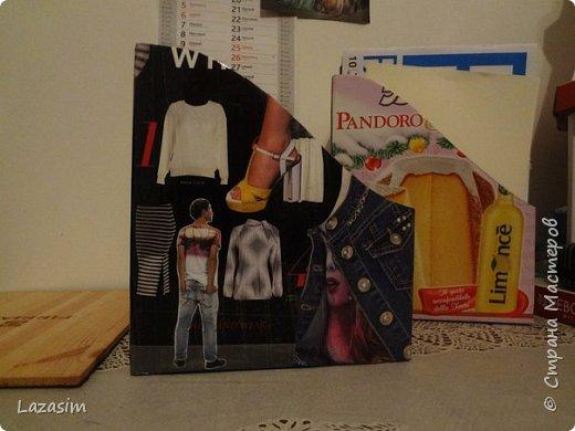 Коробка от кекса, вырезанные картинки и скотч - готова подставка для журналов. (Вторую ещё не обклеивала).
