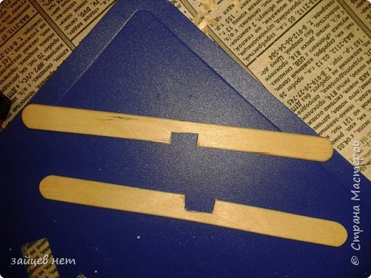 Этот колодец- одна из частей задуманной композиции! Что мне понадобилось: коробочка, бумага, палочки для мороженого, проволока, клей момент, шпатлёвка финишная сухая, акриловые краски, ножницы по метлу, канцелярский нож, цепочка, деревянная часть кисточки для ворота,наждачная бумага. Для ведёрка: картон, проволока, нить, акриловые краски и лак.   фото 9