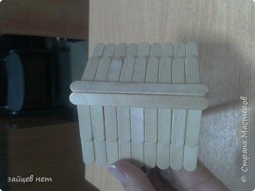 Этот колодец- одна из частей задуманной композиции! Что мне понадобилось: коробочка, бумага, палочки для мороженого, проволока, клей момент, шпатлёвка финишная сухая, акриловые краски, ножницы по метлу, канцелярский нож, цепочка, деревянная часть кисточки для ворота,наждачная бумага. Для ведёрка: картон, проволока, нить, акриловые краски и лак.   фото 8