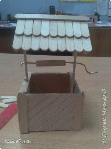 Этот колодец- одна из частей задуманной композиции! Что мне понадобилось: коробочка, бумага, палочки для мороженого, проволока, клей момент, шпатлёвка финишная сухая, акриловые краски, ножницы по метлу, канцелярский нож, цепочка, деревянная часть кисточки для ворота,наждачная бумага. Для ведёрка: картон, проволока, нить, акриловые краски и лак.   фото 10