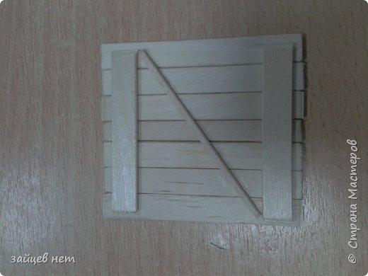 Этот колодец- одна из частей задуманной композиции! Что мне понадобилось: коробочка, бумага, палочки для мороженого, проволока, клей момент, шпатлёвка финишная сухая, акриловые краски, ножницы по метлу, канцелярский нож, цепочка, деревянная часть кисточки для ворота,наждачная бумага. Для ведёрка: картон, проволока, нить, акриловые краски и лак.   фото 11