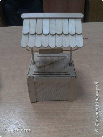Этот колодец- одна из частей задуманной композиции! Что мне понадобилось: коробочка, бумага, палочки для мороженого, проволока, клей момент, шпатлёвка финишная сухая, акриловые краски, ножницы по метлу, канцелярский нож, цепочка, деревянная часть кисточки для ворота,наждачная бумага. Для ведёрка: картон, проволока, нить, акриловые краски и лак.   фото 12