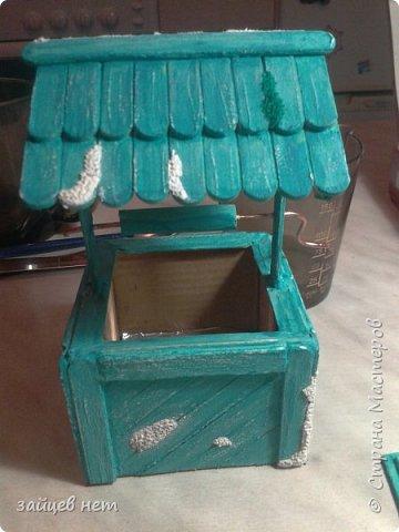 Этот колодец- одна из частей задуманной композиции! Что мне понадобилось: коробочка, бумага, палочки для мороженого, проволока, клей момент, шпатлёвка финишная сухая, акриловые краски, ножницы по метлу, канцелярский нож, цепочка, деревянная часть кисточки для ворота,наждачная бумага. Для ведёрка: картон, проволока, нить, акриловые краски и лак.   фото 14