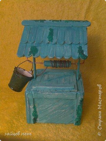 Этот колодец- одна из частей задуманной композиции! Что мне понадобилось: коробочка, бумага, палочки для мороженого, проволока, клей момент, шпатлёвка финишная сухая, акриловые краски, ножницы по метлу, канцелярский нож, цепочка, деревянная часть кисточки для ворота,наждачная бумага. Для ведёрка: картон, проволока, нить, акриловые краски и лак.   фото 1