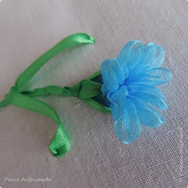 Для работы понадобится органза( я взяла шириной 2см т.к. делаю маленькие цветы), атласная лента 0,5см, нитки в тон органзы. фото 1