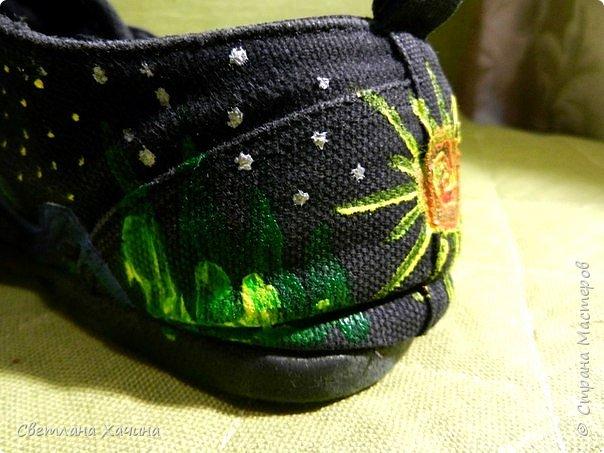 """Добрый день Страна! Сегодня хочу показать художества моей дочери, с её конечно, разрешения! ))) На мой вопрос можно ли в Стране похвастаться, был ответ- """"Ну выкинь туда, с подписью """"когда дочери в выходной нефиг делать"""" , это дословное цитирование)))  Моя дочь занимается танцами и это её тренировочная обувь- джазовки. Так, как обувка уже прошла все испытания и Милка их даже уже сама латать пыталась, то , как я понимаю ей было их совсем не жалко. Получилось то, что получилось. Я в восторге от её художества. Если верить психологам, то у моей дочери в душе радуга))) Больше ни чего писать не буду. Просто покажу. А, забыла, краски акриловые для ткани.   фото 18"""