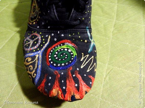"""Добрый день Страна! Сегодня хочу показать художества моей дочери, с её конечно, разрешения! ))) На мой вопрос можно ли в Стране похвастаться, был ответ- """"Ну выкинь туда, с подписью """"когда дочери в выходной нефиг делать"""" , это дословное цитирование)))  Моя дочь занимается танцами и это её тренировочная обувь- джазовки. Так, как обувка уже прошла все испытания и Милка их даже уже сама латать пыталась, то , как я понимаю ей было их совсем не жалко. Получилось то, что получилось. Я в восторге от её художества. Если верить психологам, то у моей дочери в душе радуга))) Больше ни чего писать не буду. Просто покажу. А, забыла, краски акриловые для ткани.   фото 17"""