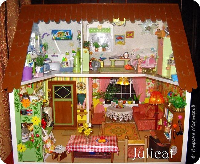 Приветствую Вас в моем новом блоге, дорогие любители кукольной жизни, рукодельники и рукодельницы! http://stranamasterov.ru/node/919369 Хочу поделиться с Вами идеями, как сделать занавески в кукольный домик. Не обязательно использовать полностью мой МК, но можно воспользоваться элементами изготовления и маленькими хитростями, которые, как мне кажется, я придумала сама. Часто строители кукольных домиков ловко управляются с лобзиками, ножами и сверлами, но не умеют или не любят шить. А без этого - никуда, ведь именно текстиль создает в любом доме уют и украшает обстановку, придает ей завершенный вид и индивидуальность. Для начала расскажу, как быстро, без ниток и иголки я изготовила вот такие занавески в детскую кукольного домика для Мишутки Даринки http://stranamasterov.ru/node/713606 фото 49