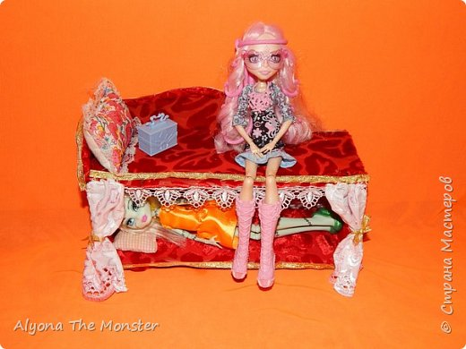Всем привет! В этот раз я решила сфотографировать все (почти :-D) самодельные кукольные вещи.  Двухэтажная кровать. фото 1