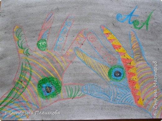 Рисуем ладошку восковыми мелками и акварелью фото 5