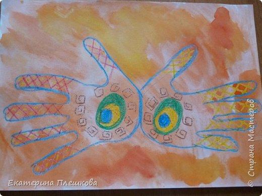 Рисуем ладошку восковыми мелками и акварелью фото 8