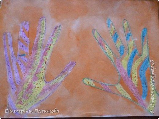 Рисуем ладошку восковыми мелками и акварелью фото 10