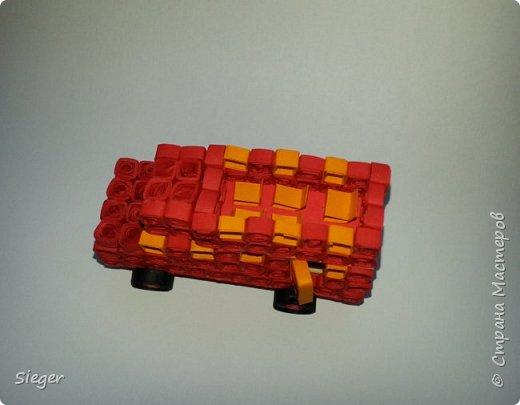 """Этот автобус - гибрид туристического экскурсионного и классического красного автобуса, курсирующего по Лондону. Мысль сделать его мини-версию пришла спонтанно, являясь результатом состояния под названием """"делать нечего, а ручки чешутся"""" :) Всего потрачено два дня времени и ворох бумаги :) Автобус двухэтажный, на нижнем этаже внутри пол """"деревянный"""", из зубочисток. Дверца сзади открывается и закрывается, в окошки первого этажа немного виден салон с сидениями. Хотя нужно признать, что на внутренности первого этажа было потрачено неоправданно много времени - окна и двери слишком маленькие, сложно разглядеть, что внутри есть сиденья. Именно поэтому второй этаж оставлен открытым, без верха - эдакая модификация для туристов :) А чтобы выглядело более натурально, со второго этажа на первый ведёт лесенка из бумаги. Каркас для колёс сделан из зубочисток, на которые накручены полоски в технике квиллинг.  фото 3"""