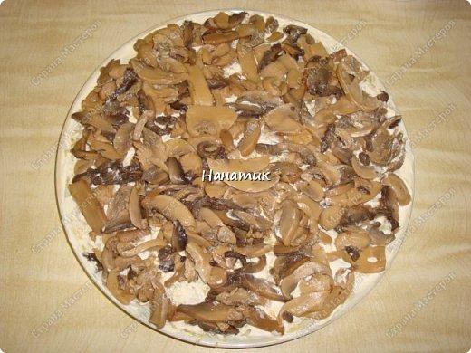 Добрый вечер. Почему хозяйственный?) Потому что салат появился из тех продуктов, которые почти всегда есть в наличие у многих хозяюшек. -картофель средний 10шт -майонез примерно 200г -грибы (у меня шампиньоны отварные) 850мл -масло сливочное для обжарки грибов  -лук средний 5шт -морковь крупная 3шт -растит.масло для обжарки грибов и моркови -огурцы маринованные 5шт -кукуруза консервированная 2банки фото 4