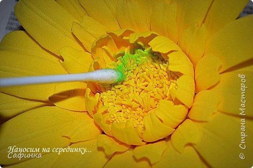 """Приветик Всем, мои дорогие!!! И снова я,, Ольга Сыротюк с Вами....Сегодня предлагаю Вашему вниманию  Мастер-класс по созданию загадочного цветка,Гербера сорта """"Гелиос"""" (желтая) Почему желтая гербера?  Гербера- цветок противоречий, он прост и в тоже время загадочен, выразителен и ярок ! Одно из значений герберы - тайна! Это хорошо подтверждает, и внешний вид цветка... Гербера сможет порадовать всех сразу и каждого по отдельности, никого не оставит без внимания!  Красные герберы-принято дарить мужчинам, Нежно розовые - девушкам,женщинам...А желтые, оранжевые принесут удачу в любой дом, их можно дарить на семейное торжество!  Поэтому творим сегодня, желтые герберы и привлекаем удачу в свой дом!!! И так вдохновились? Вооружаемся материалом и начинаем творить волшебство.... фото 41"""