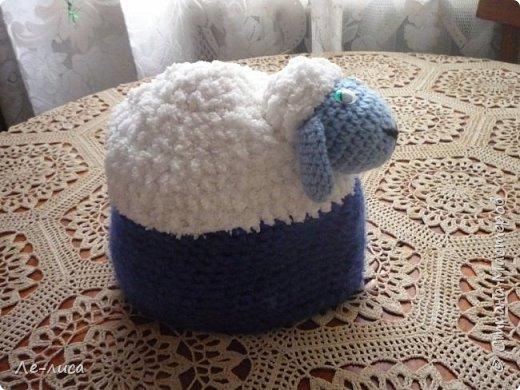 2015 -год Овцы. Пора готовить отару на подарки. Хочу поделиться своими идеями. Обыгрывать овец можно по разному, но просто игрушки мне не интересны, поскольку дети  уже выросли. Лично я люблю практичные подарки, которые пригодятся в быту.  Эти овцы- чехлы на бутылки, мы же собираемся отмечать Новый год? фото 33