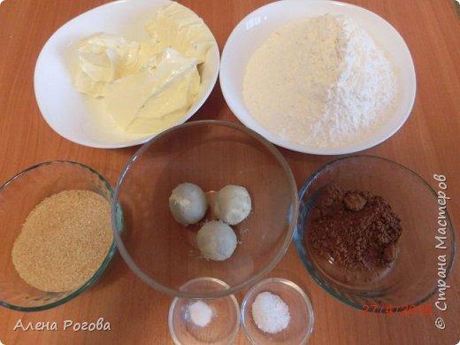 """Сабле (Pate Sablee) - это классическое песочное тесто, очень нежное, хрупкое и рассыпчатое.  Название «Сабле» означает «песок», а его особенность заключается в нежной и рассыпчатой консистенции.   А чтобы добиться такого эффекта, в тесто добавляют сваренный вкрутую яичный желток. Печенье  бывает разных форм, с разными вкусовыми добавками.  Я пекла в двух вариантах ( кружочки и шахматная доска) Раньше не любила песочное тесто, считала что оно очень жесткое .Оказалось, что я просто никогда не пробовала """" Сабле""""! фото 2"""