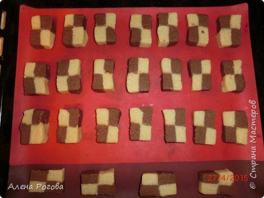 """Сабле (Pate Sablee) - это классическое песочное тесто, очень нежное, хрупкое и рассыпчатое.  Название «Сабле» означает «песок», а его особенность заключается в нежной и рассыпчатой консистенции.   А чтобы добиться такого эффекта, в тесто добавляют сваренный вкрутую яичный желток. Печенье  бывает разных форм, с разными вкусовыми добавками.  Я пекла в двух вариантах ( кружочки и шахматная доска) Раньше не любила песочное тесто, считала что оно очень жесткое .Оказалось, что я просто никогда не пробовала """" Сабле""""! фото 13"""