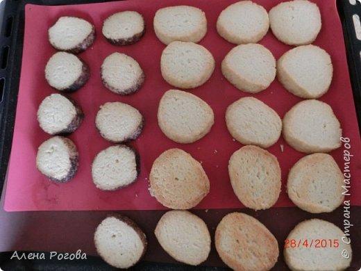 """Сабле (Pate Sablee) - это классическое песочное тесто, очень нежное, хрупкое и рассыпчатое.  Название «Сабле» означает «песок», а его особенность заключается в нежной и рассыпчатой консистенции.   А чтобы добиться такого эффекта, в тесто добавляют сваренный вкрутую яичный желток. Печенье  бывает разных форм, с разными вкусовыми добавками.  Я пекла в двух вариантах ( кружочки и шахматная доска) Раньше не любила песочное тесто, считала что оно очень жесткое .Оказалось, что я просто никогда не пробовала """" Сабле""""! фото 18"""