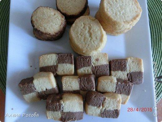 """Сабле (Pate Sablee) - это классическое песочное тесто, очень нежное, хрупкое и рассыпчатое.  Название «Сабле» означает «песок», а его особенность заключается в нежной и рассыпчатой консистенции.   А чтобы добиться такого эффекта, в тесто добавляют сваренный вкрутую яичный желток. Печенье  бывает разных форм, с разными вкусовыми добавками.  Я пекла в двух вариантах ( кружочки и шахматная доска) Раньше не любила песочное тесто, считала что оно очень жесткое .Оказалось, что я просто никогда не пробовала """" Сабле""""! фото 19"""