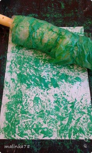 На скалку наматываем пищевую клеенку, наносим краску и начинаем катать скалку по бумаге. Эффект потрясающий! фото 1