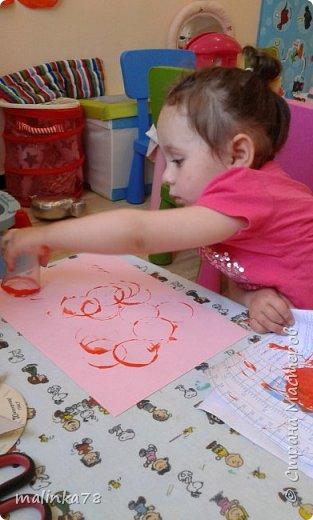 На скалку наматываем пищевую клеенку, наносим краску и начинаем катать скалку по бумаге. Эффект потрясающий! фото 3