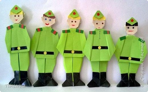 Этот взвод солдат в форме Великой отечественной войны сделали учащиеся 1-3 классов. фото 1